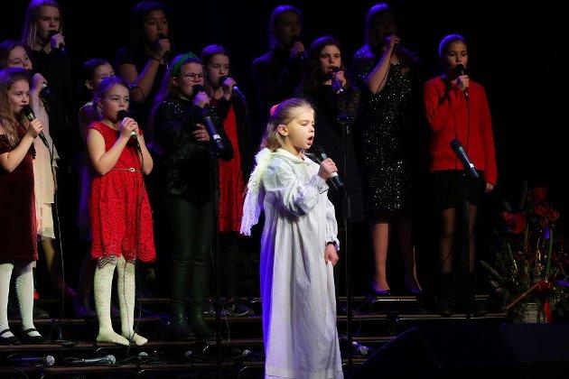 Solist: Michelle Emilie Johansen (6 ½) fikk åpne årets utgave av julekonserten til Lydøya.