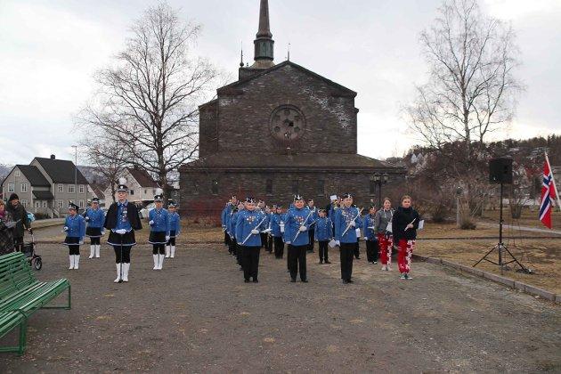 Narvik skolekorps, den oppvoksende generasjonen, spilte «gud signe vårt dyre fedreland» og «Ja, vi elsker.»
