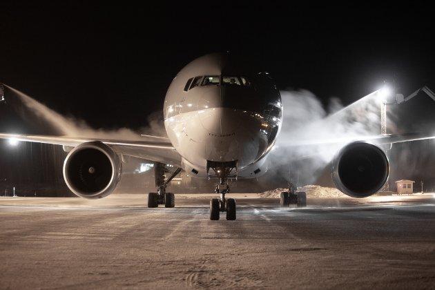 Qatars Boeing 777-300 får is fjernet fra vingene før avgang fra Evenes.