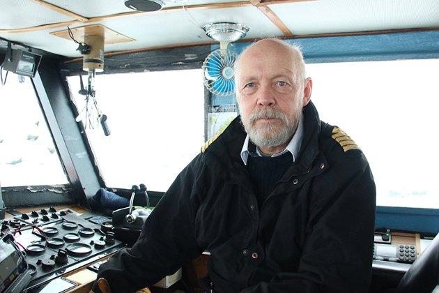Birger Ellingsen (64) er skipsfører på det som foreløpig ser ut til å bli siste reis for M/S «Sjøsprint». Kapteinen har styrt skuta i 14 år og synes selvsagt det er en smule vemodig at et kapittel er over.  - Det er definitivt ingen dag for brede smil.  - Jeg har 40 års fartstid til sjøs. Mønstret på M/S «Vesterålen» som byssegutt da jeg var 15, og har besøkt de fleste havner verden rundt. Til slutt havnet jeg her.   - Det har vært en fin arbeidsplass, krevende til tider. Ofotfjorden kan være lumsk og røff, særlig vinterstid.   - Et viktig moment å ta inn over seg, er at hurtigbåten er mer enn ei ferge. Den har gått i mange typer oppdrag, også bergingsoperasjoner. Så det å opprettholde skysstrafikken over fjorden handler om så mye mer enn å befrakte passasjerer tur retur flyplassen.   Nå legger den erfarne sjøulken til kai.  - Nå skal jeg bytte ut blåmyra med bobilen og se innlands-Norge.