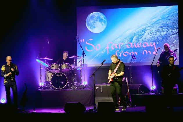 Brothers in Arms: Shades of Dire Straits leverte en flott hyllest til det ikoniske, britiske bandet i Teatersalen fredag kveld. Publikum fikk selvsagt versjoner av «Money for Nothing», «Tunnel of Love», «Brothers in Arms», «Sultans of Swing», «So Far Away from Me», «Romeo & Juliet» og åtte andre klassikere fra Dire Straits' nittenårige produksjon av uforglemmelig musikk.