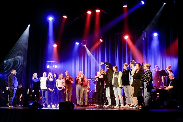 Trampeklapp: Tolv dyktige solister og et rockeband med troverdig attityde skapte god stemning i Folkets Hus med det spennende konsert-konseptet Ung for ung – et tilbud til unge musikalske talenter som vil prøve seg i rampelyset.