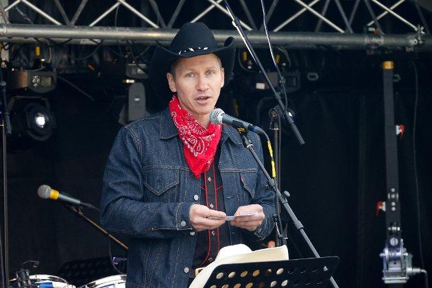 Gaute Skoglund, på vegne av Sommernarvik 2021,  stod for den offisielle åpningen av festivalen.