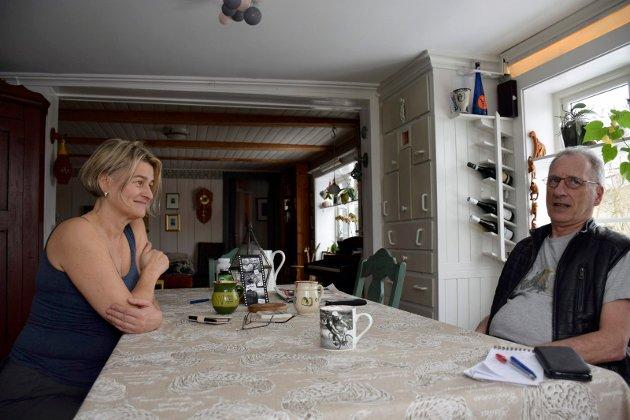 BORD TIL TRE: Sønnen Klaus bor fortsatt hjemme. Over kjøkkenbordet blir saker diskutert.