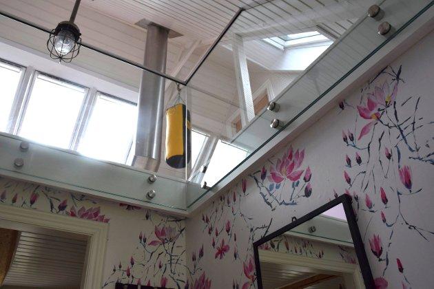 LYST: Taket i entreen ble fjernet, så lyset fra andre etasje slipper ned til skohyllene.