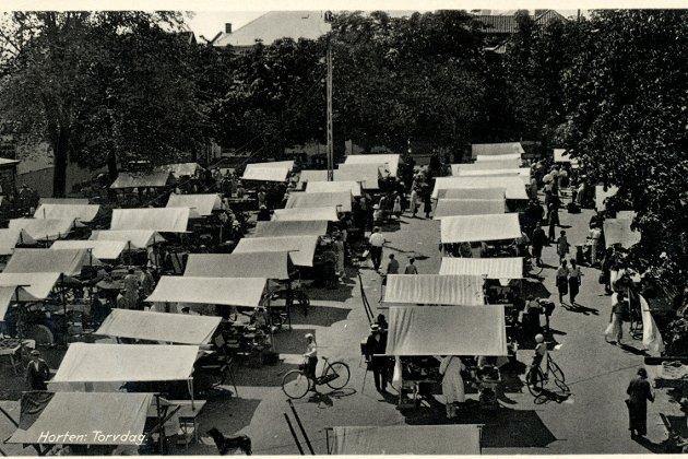 I 1930-årene var det stor aktivitet på torvet. Det var dyrtid og maksimalpriser på frukt og grønt. Bøndene kom til torvhandel med friske varer som fruene i byen kunne handle.