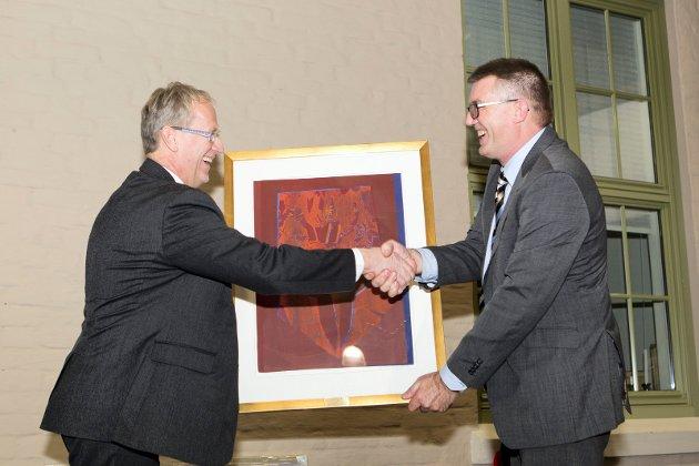 Jan Egil Melby, banksjef for DNBs bedriftsmarked i Hedmark overrekker en gave til administrerende direktør i KOBBL, Sven O. Nylænder.
