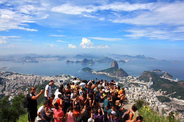 Utsikten utover Rio fra Kristusstatuen. Man kan også se Sukkertoppen.