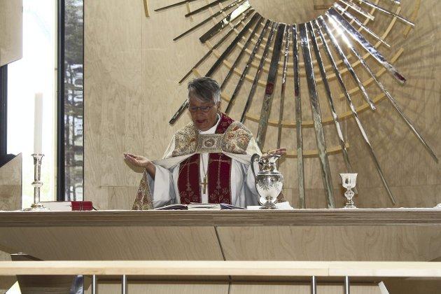 Flott kirke: Biskop Solveig Fiske synes Våler kirke er flott, og likte det nye kirkerommet.