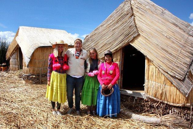 Thea Nystuen, Amund Eidlaug og Weni Bjørnseth fikk prøve peruanske tradisjonelle klær på Lake Titicaca.
