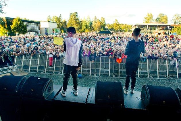 Kongsvinger: 04.09.2015 Byfesten med Marcus og Martinus på scenen. I byparken tusenvis av tenåringsjenter. Foto: Ole-Johnny Myhrvold