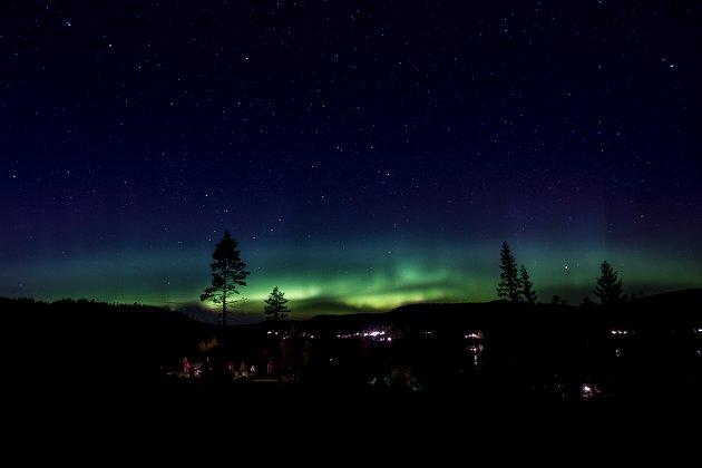 Nordlys: Kraftig nordlys over Finsrudtjern i Eidskog søndag kveld
