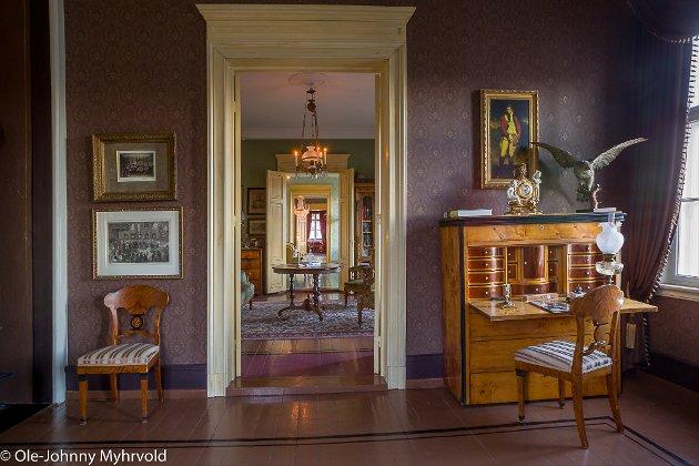 Interiørbilder av Lunderbye Nor som nå ferdig pusset opp og innredet med tidsriktige møbler.