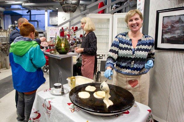Julemarked på Magnor Glassverk. Kristin Jegerud, fra Skotterud, har som tradisjon å steike svele på markedet.