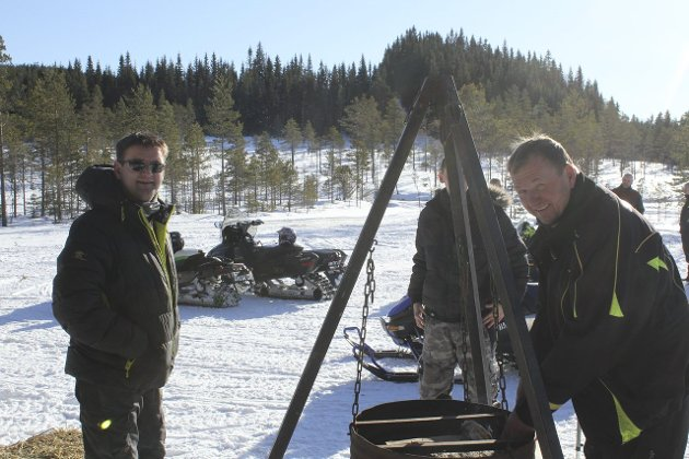Service: Arild Bredesen grillet pølser og serverte bålkaffe til ordfører Ørjan Bue og de andre som kom forbi Gransjøen.