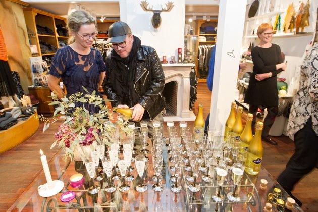 Per Sundnes var konferansier da Pia Lena Nyhuus hos Casa Blanca, og Stine Westlund hos Specsavers, arrangerte motevisning mandag kveld.