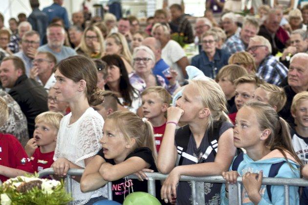 TROLLBUNDET: Det var ikke vanskelig for Fredik Moe å få barnas fulle oppmerksomhet.