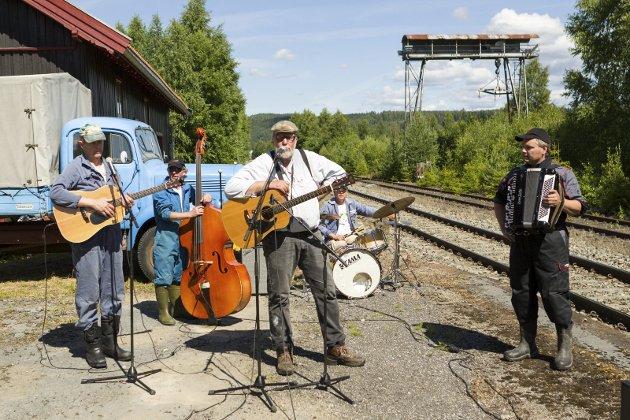 Sommertoget på Roverud: Kæra på bruket underholdt før sommertoget ankom.
