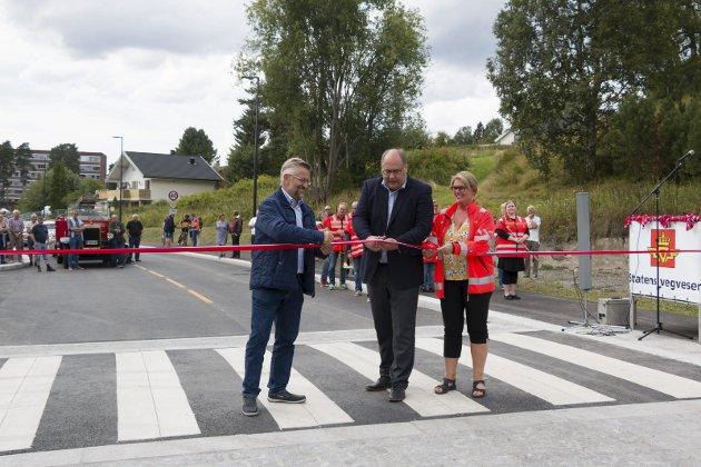 OFFISIELL ÅPNING: Fylkesrådsleder Per Gunnar Sveen klippet snora før de første bilene ble sluppet gjennom. Ordfører Sjur Strand (til venstre) og avdelingsingeniør Aud M. Riseng bidro også.