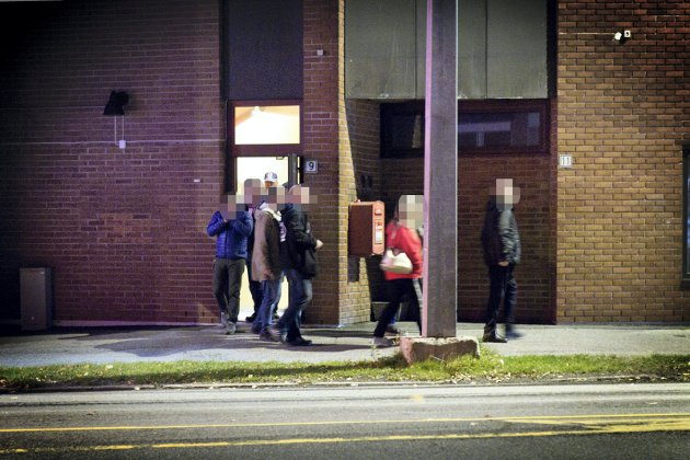FØRES UT: Politiet avsluttet pokerspillet som foregikk i lokalene. 13 personer var tilstede og alle har status som vitner i saken. De ble avhørt på Kongsvinger politistasjon etter aksjonen.