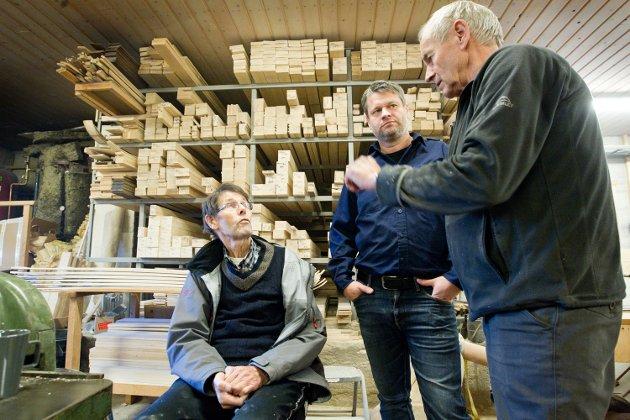 DETALJER: Ulf Rønning snakket detaljer med Arnulf Åsnes fra Åsnes skifabrikk, mens Jonas Rønning følger med.