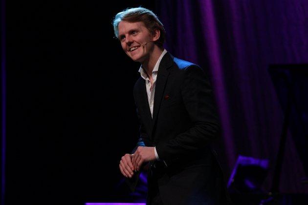 KONFERANSIER: Skuespiller og odøling, Jonas Strand Gravli, var kveldens konferansier da Milepelen kulturhus fylte 30 år.