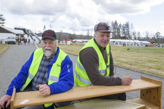 Fornøyd: Jan Holter (t.v.), og Håkon Ellevold er godt fornøyd med årets loppemarked på Oppstad.