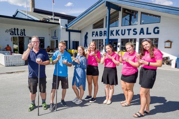Disse ansatte ønsker alle turistene velkommen til Magnor Glassverk. Fra venstre: Magne Bentengen, Ken Roger Lundhaug, Vilde Ruud, Dorthe Hauger Nilsson, Arian Aimagh, Gunhild Skaare og Kaja Gjerde.