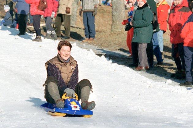 """Vinterfestivale 1999 Pinsesse Märtha Louise i farta ned fra festningen på sitt lille """"kongeblå"""" akebrett."""