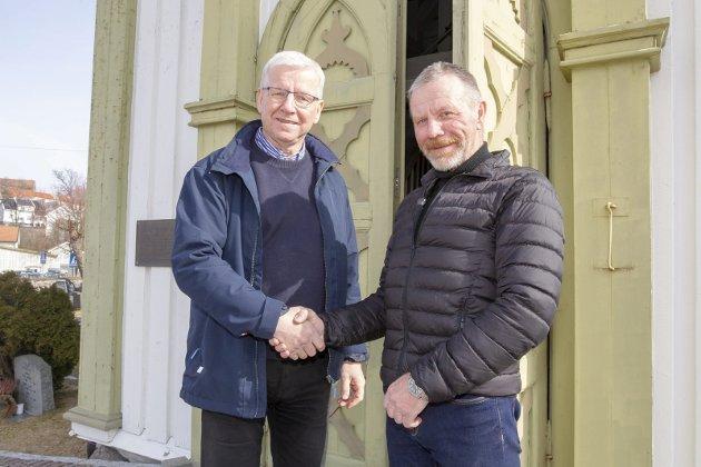 Takk:  – Det skal noe til å få tak i en kopi av Svein for han har en måte å møte mennesker på som er unik og fin, sier prost Øystein Halling og takker Svein for innsatssen.