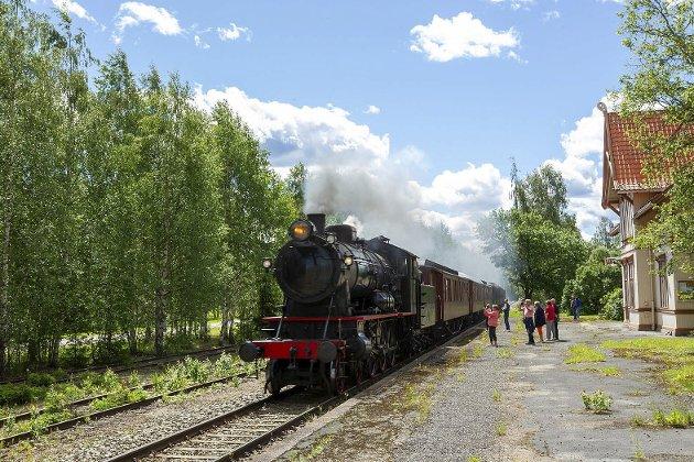 Damptog med damplok 30a nr. 271 på Solørbanen: Her passerer toget Roverud stasjon.