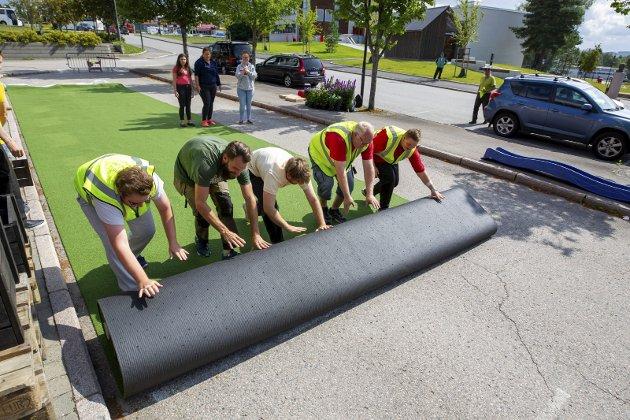 Full rulle: Det tok ikke lange stunden før asfaltplassen var gjort om til en grønn plen.