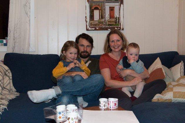 I SOFAEN: Rebekka (4) og Dylan (2) på fanget til pappa Mark Lambert og mamma Rachel Ekren. Familien bor på rauhella, noen hundre meter sør for kommunegrensa mellom Kongsvinger og Eidskog. FOTO: PER HÅKON PETTERSEN