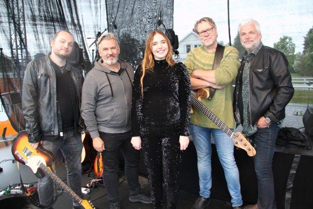 FØRSTE KONSERT: Mari Eriksen Bølla(15) holdt sin første konsert etter at hun ble den yngste Idol-vinneren noensinne. Hun hadde med eget band som besto av blant andre Tommy Michaelsen og Johnny Enger.