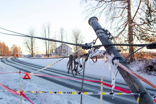 En bil kjørte av Grensevegen lørdag morgen. Bilføreren kjørte også ned en lyktestolpe, og ble kjørt til Kongsvinger sjukehus for behandling. Skadeomfanget er foreløpig ukjent.