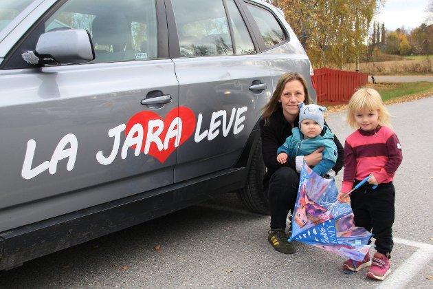 SKOLEKAMP: Jannice Birkeland, her med Tyr og Luna Birkeland-Løvås, har engasjert seg så sterkt i skolekampen i Åsnes at hun danner partiet Rødt. Nå kjører hun rundt i en godt synlig dekorert bil. Foto: Kenneth Mellem