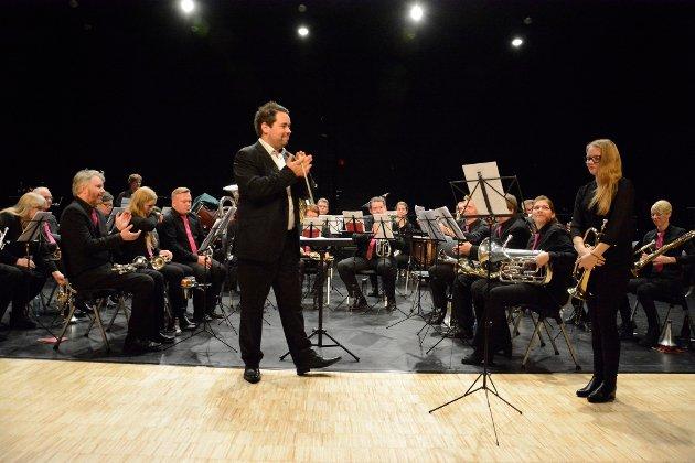 Dirigent Per Kristian Ødegård Syversen i Lillehammer brass applauderer for Hilde Sorken som solist på fugelhorn.