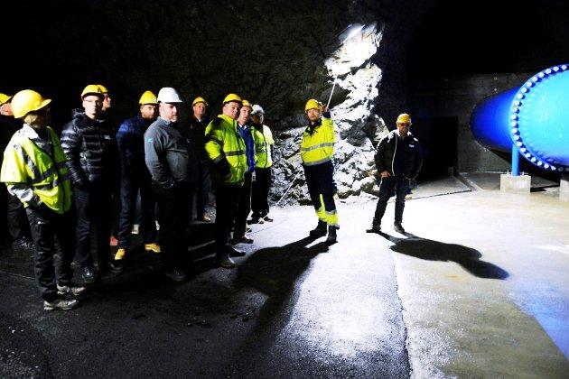Maskinist Jens Arne Finsrud fortel om anlegget inne ved turbinen.