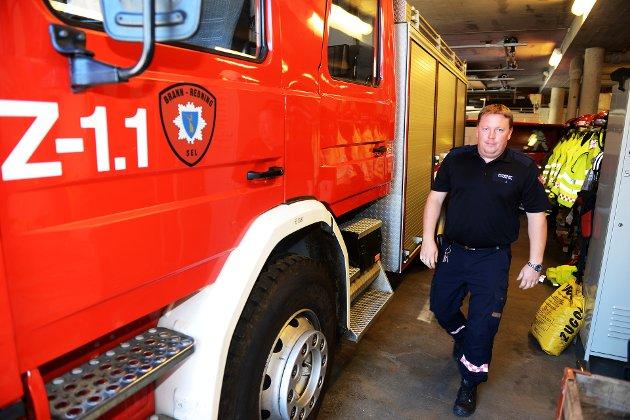 BEREDSKAP: Brannvesen - her ved Tom Are Nilstad i Sel - og friviljuge organisasjoner som Røde Kors og Norsk Folkehjelp må utføre oppgåver som dei korkje har utstyr eller kompetanse til, skriv Ivar Odnes.