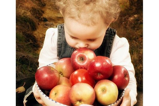 MMMMM: En liten krølltopp som synes at epler lukter godt.