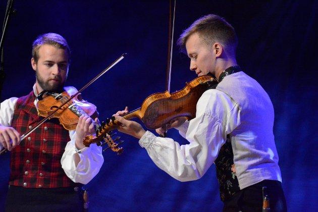 Sivert Holmen, Valdres, og Bjørn Kåre Odde, Garmo, i Odde og Holmen, spelte båe på hardingfeler laga i Vågå av felemaker Helge Bergnord.