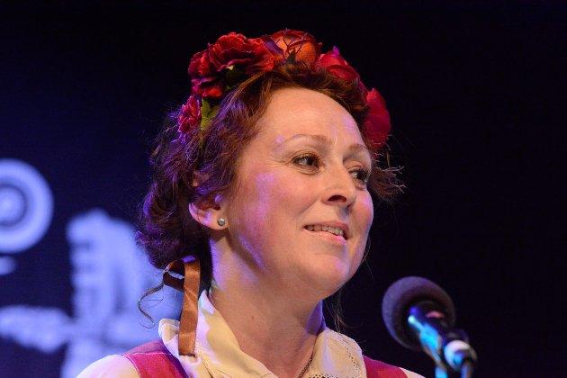 Camilla Granlien, Ringebu-Lillehammer, med raudfletta krans i håret.