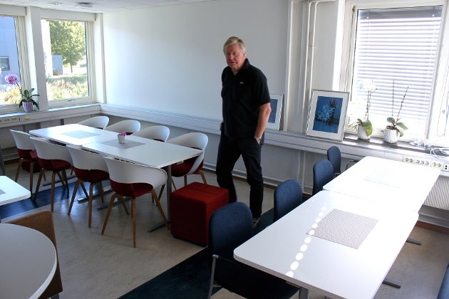 Finn Olsen viser pause- og spiserom for personalet.