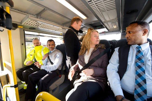 Samarbeid Nav/Unibuss, et eksempel på tiltak som får nyttige hender i arbeid. Her med arbeids- og sosialminster Anniken Hauglie på laget.