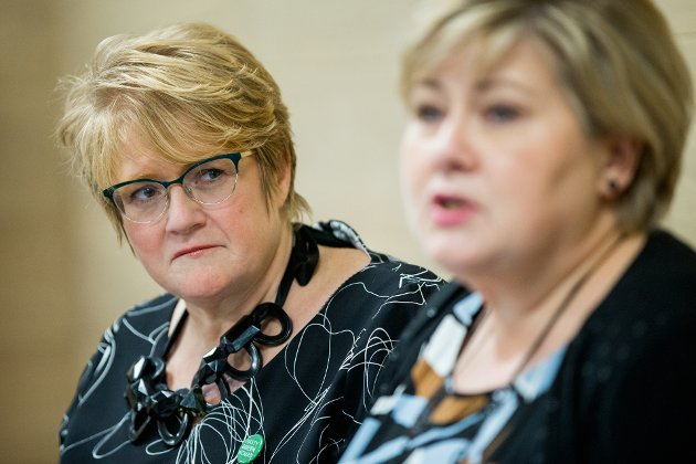 BONDE-JOKER: Venstre-leder Trine Skei Grande ser bort på statsminister Erna Solberg og vil trolig sikre Regjeringen støtte i Stortinget.