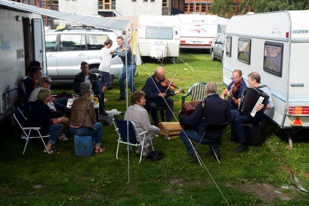 Ekte buskspel med Helge Hysjulien & co frå Gausdal og Skåbu på festivalcampingen.