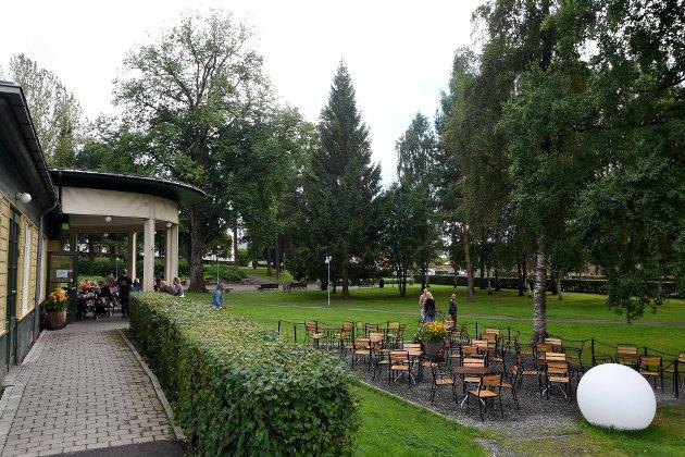 OGSÅ LEK?: Innsenderen etterlyser flere tilbud til barn i Søndre Park. Det vil kafeen tjene på, mener hun.