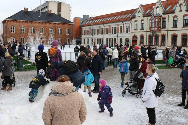 FOLKELIV: Fra åpningen av Julebyen og isbanen Kompis på Torvet i Kristiansand 3. desember 2017. Under isbanen sentralt i byen ligger det nye parkeringsanlegget med 430 plasser.
