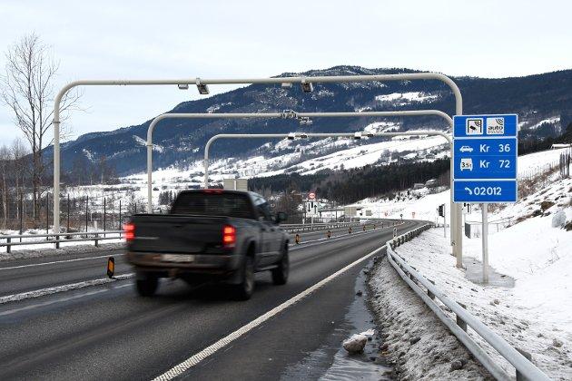 Stopp: Bomsatser kuttes, men i Gudbranddalen betaler bilistene fortsatt for mer veg enn de har fått.