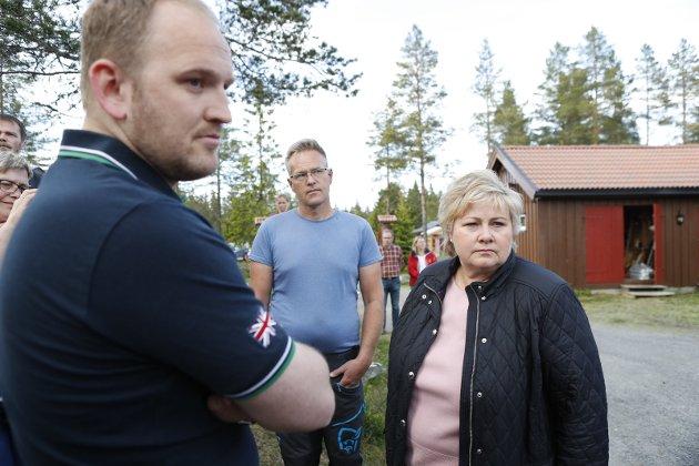 SKVIS: Erna Solberg og Jon Georg Dale (t.v.) setter bøndene i en nøye planlagt skvis.